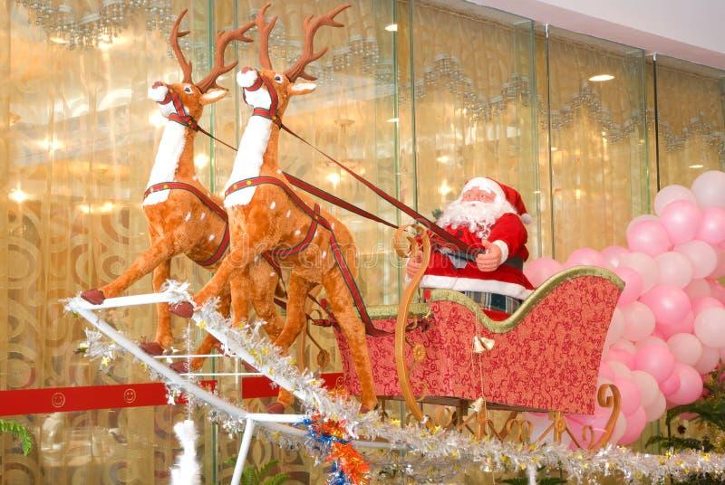 1个克劳斯驯鹿圣诞老人雪撬 库存照片
