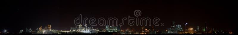 1个化工晚上全景工厂视图 库存图片