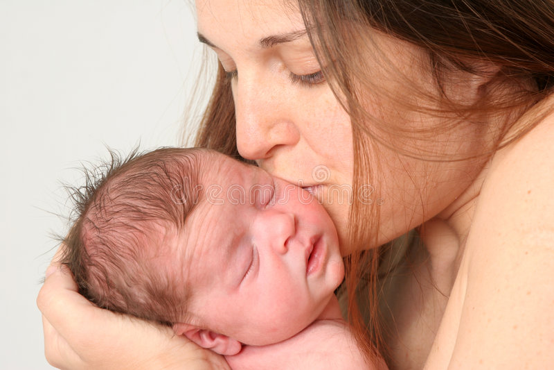 1个婴孩她的亲吻 免版税库存照片