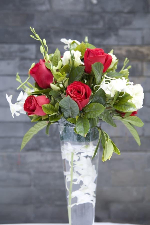 1个花玻璃玫瑰色花瓶 库存图片