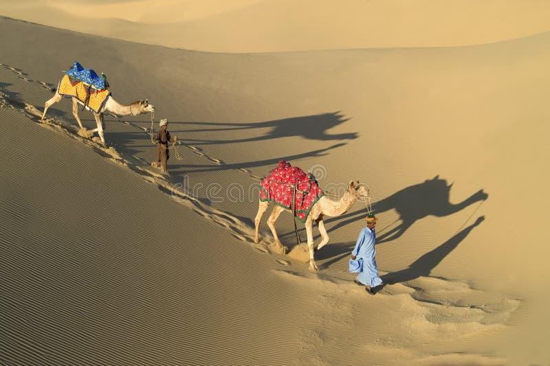 1个骆驼有蓬卡车印地安人 免版税库存照片