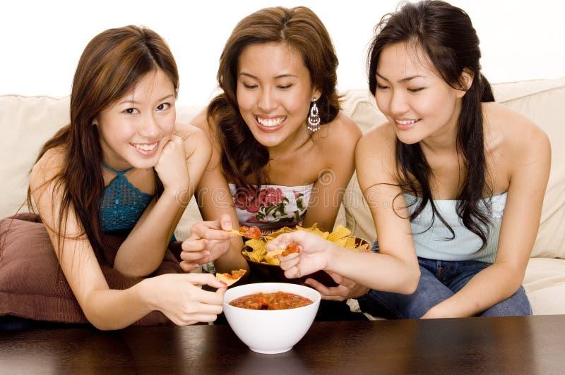 1吃烤干酪辣味玉米片 免版税库存照片