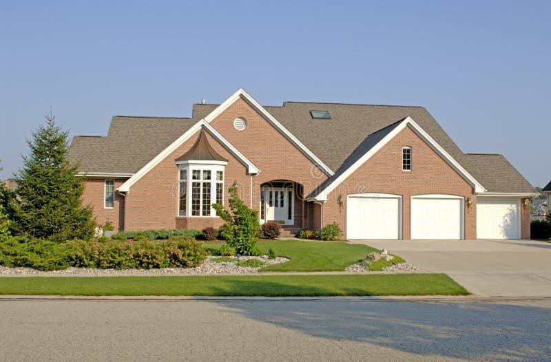 Download 1家庭豪华 库存图片. 图片 包括有 重婚, 邻里, 天空, 住宅, 不列塔尼的, 成功, 经典, 蓝色, 停车库 - 179173