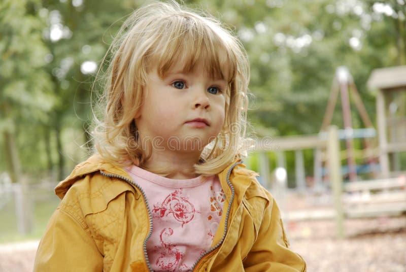 1 ενδιαφερόμενο μικρό παιδ στοκ εικόνες
