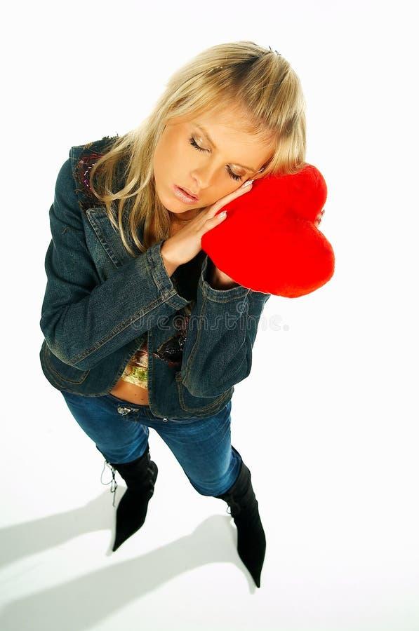 1 ξανθή καρδιά κοριτσιών που κρατά το κόκκινο προκλητικό βελούδο στοκ εικόνες με δικαίωμα ελεύθερης χρήσης
