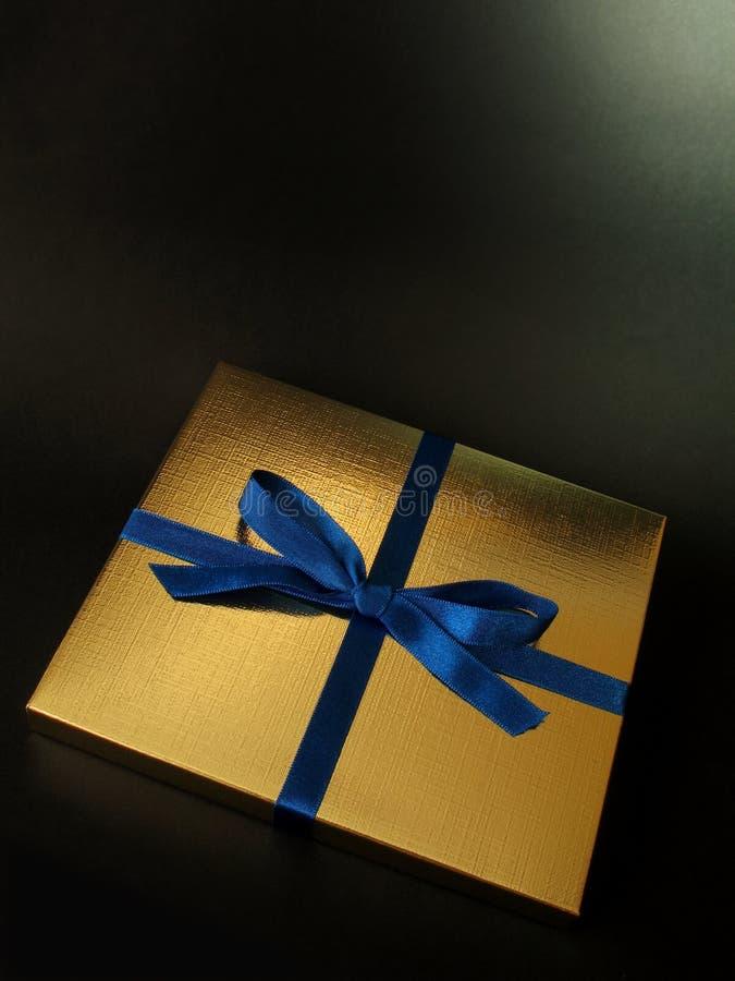 Download 1 χρυσός δώρων κιβωτίων στοκ εικόνα. εικόνα από κλείστε - 1528537