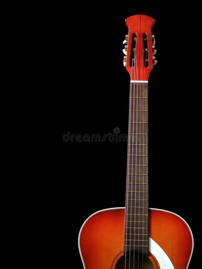 1 акустическая гитара черноты предпосылки стоковая фотография rf