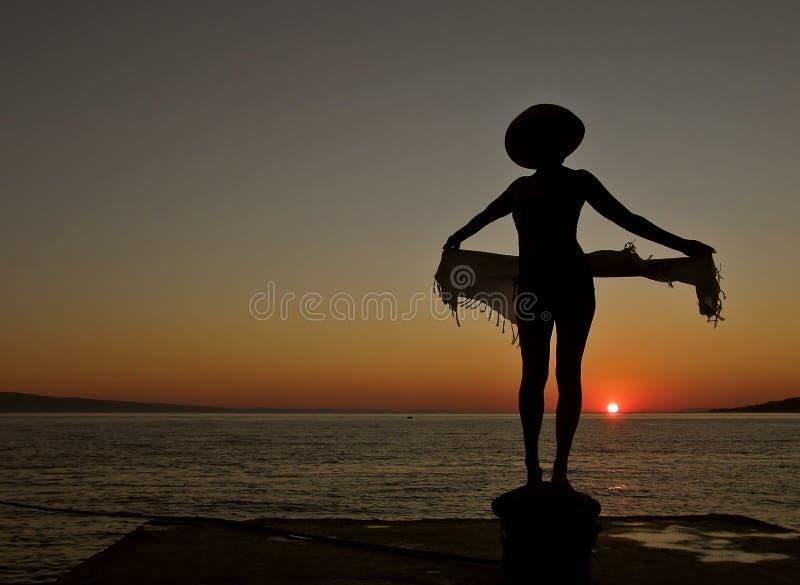 1 женщина захода солнца моря шарфа стоковая фотография rf