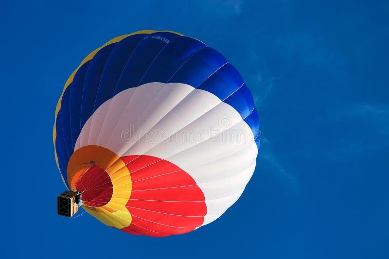 1 синь воздушного шара покрасила горячее multi небо стоковые изображения