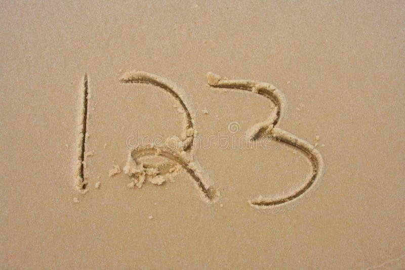 1.2.3, en la arena imágenes de archivo libres de regalías