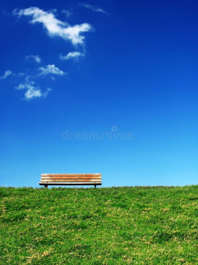 1 ensamma bänk royaltyfria foton