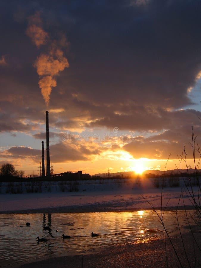Download 1 Fabryka Nad Zachodem Słońca Zdjęcie Stock - Obraz złożonej z bank, jezioro: 142200