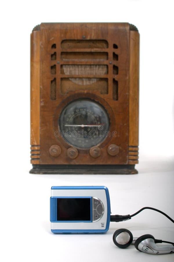 1 mp3 νέο παλαιό ραδιόφωνο φορέ&om στοκ εικόνες με δικαίωμα ελεύθερης χρήσης