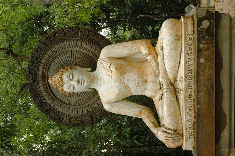 1 statue de bouddha dans le jardin de statue image stock for Bouddha dans un jardin