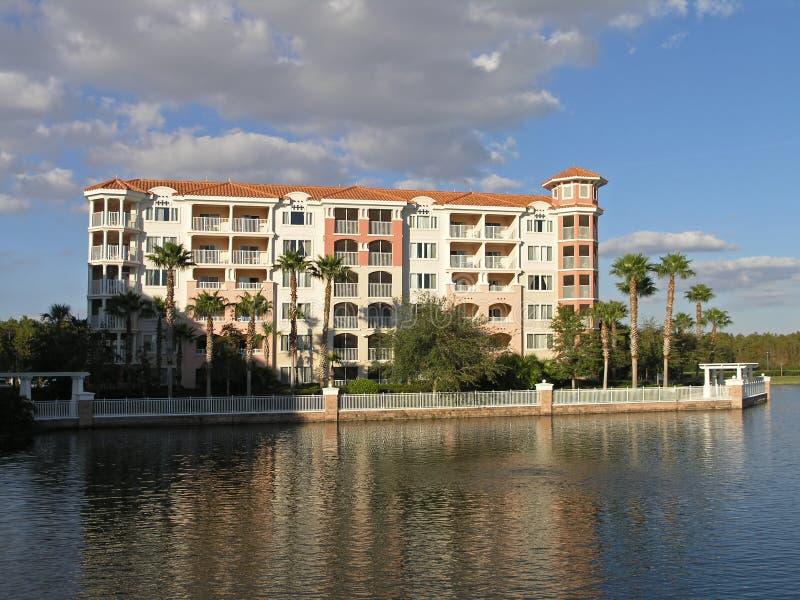 10 budynków jezioro kurortu wakacje fotografia stock