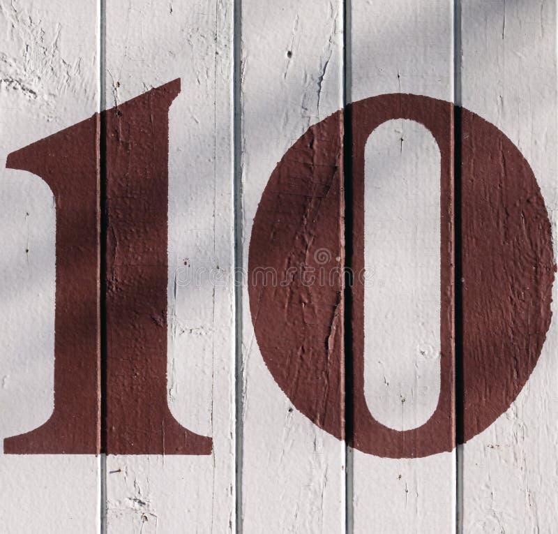 10 su una parete incrinata fotografie stock libere da diritti