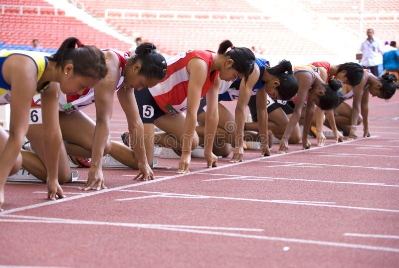 100 метров участвуют в гонке женщины s стоковые изображения