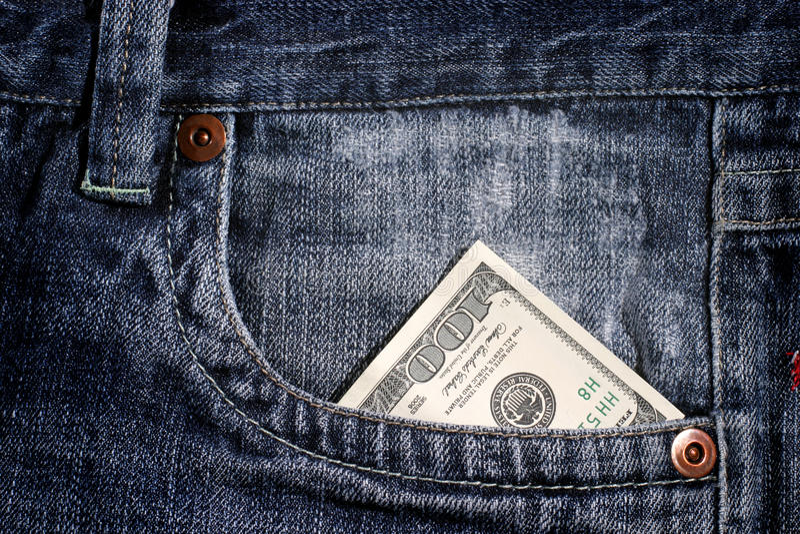 100 dollarrekening in zak stock afbeelding