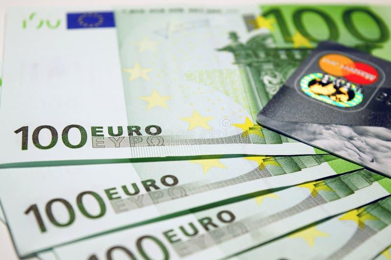 100 Euro rachunków Obok Mastercard obrazy stock