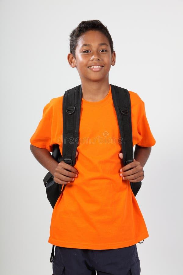 11个男孩背包学校微笑的年轻人 免版税库存照片