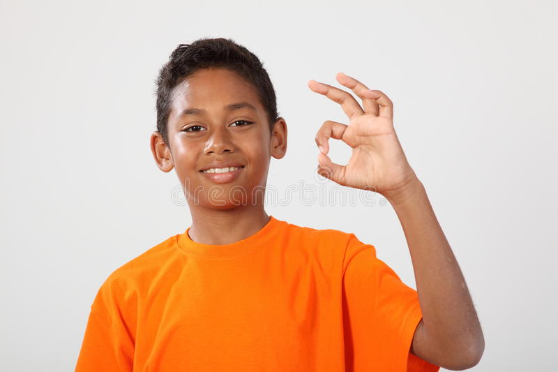 11 chłopiec etniczna ręka szczęśliwa robi ok szkoły target2604_0_ obraz royalty free