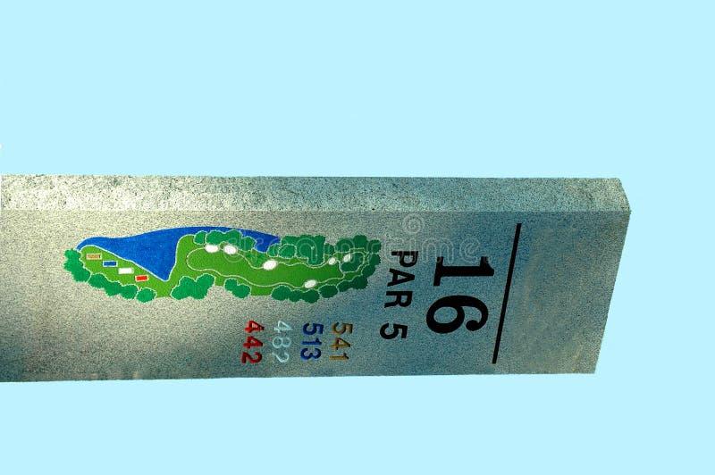 16. Durchlöchern Sie Zeichen am Golfplatz stockfoto
