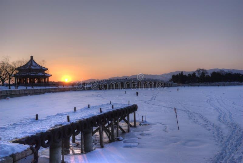 17 boogbrug in zonsondergang stock fotografie