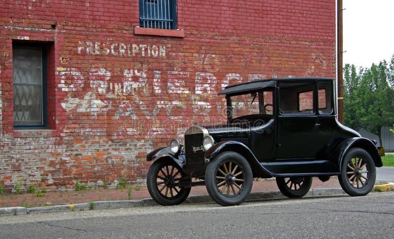 1926 T modelo y edificio de ladrillo foto de archivo