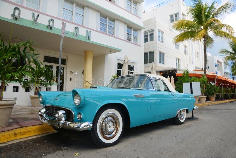 1957 Ford Thunderbird in het Strand van Miami royalty-vrije stock foto's