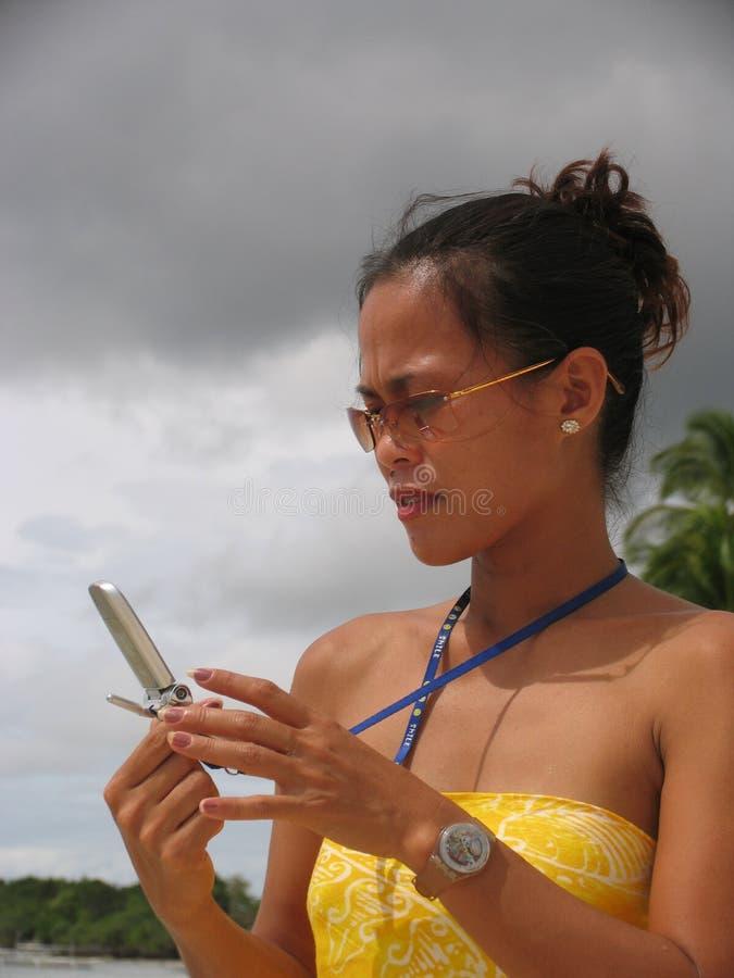 2个亚洲人电话妇女 免版税库存图片