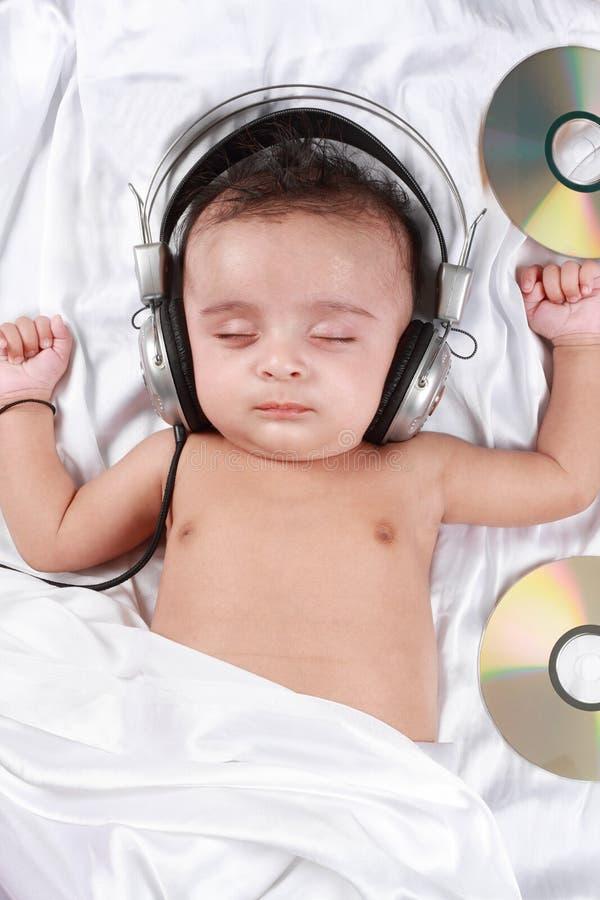 2个婴孩听的月音乐老 免版税库存照片