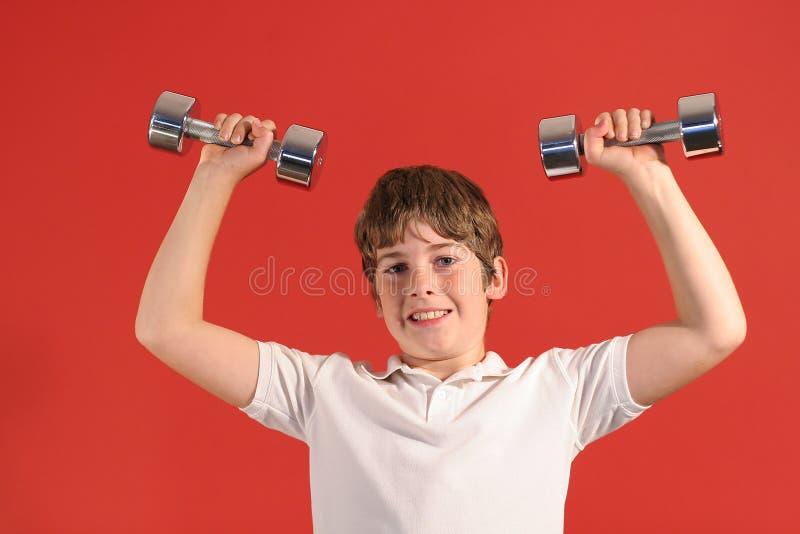 2个男孩健身重量 免版税库存照片