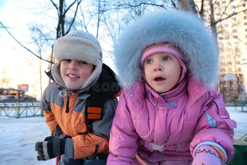 2个男孩女孩少许街道冬天 库存图片