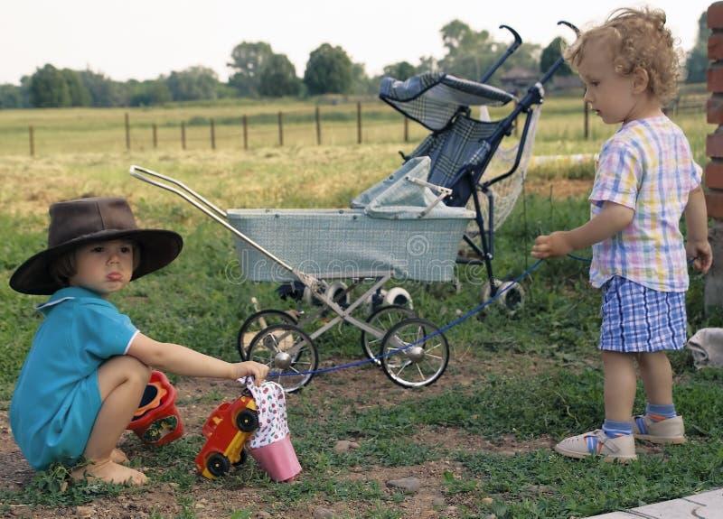 2个男孩母牛卷曲女孩帽子 免版税库存照片