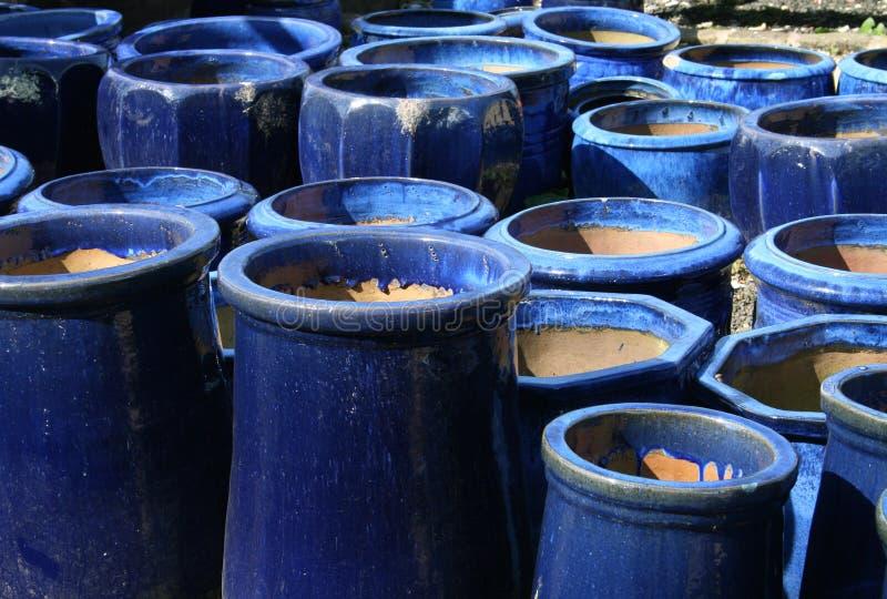 2个蓝色庭院罐 库存图片