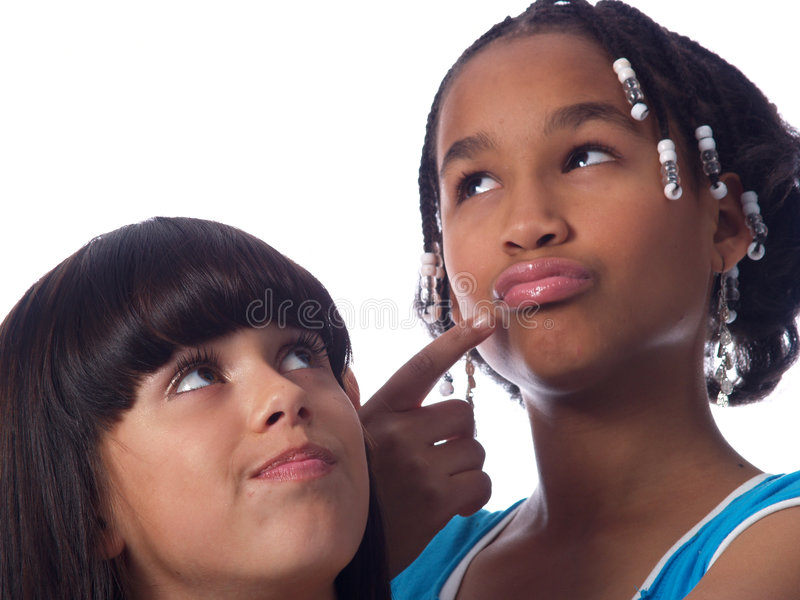 2个逗人喜爱女孩摆在 免版税库存照片