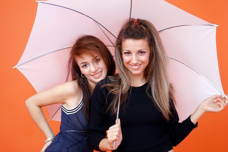 2二个伞白人妇女 免版税库存照片