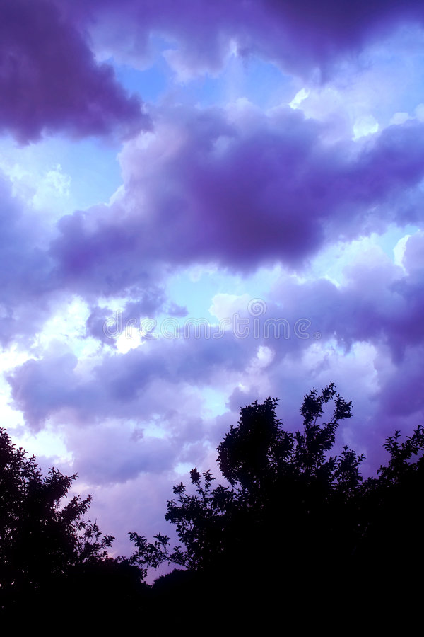 2使变暗的天空 免版税库存照片