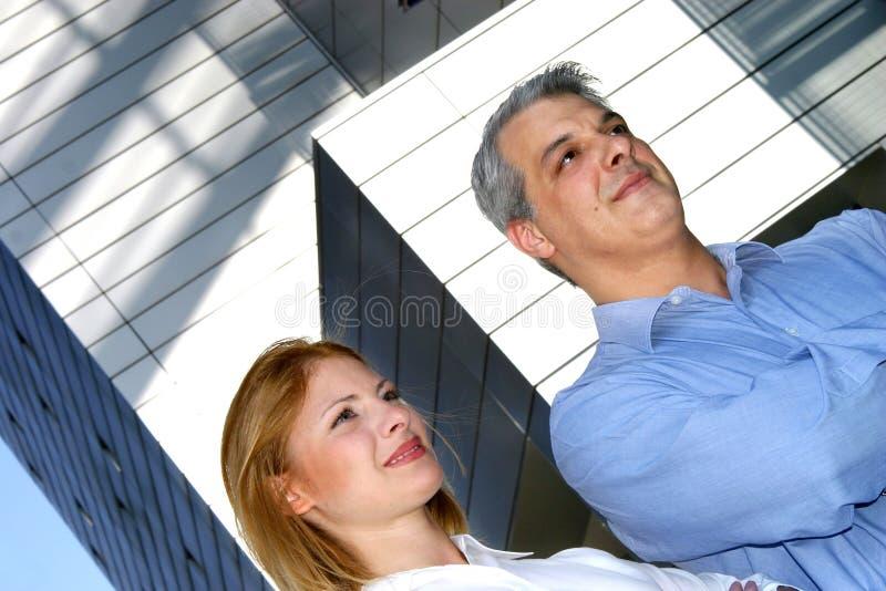 2名co微笑的工作者 免版税库存图片
