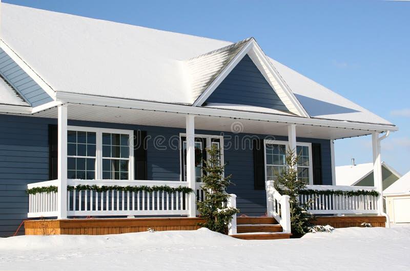 2多雪的房子 库存照片
