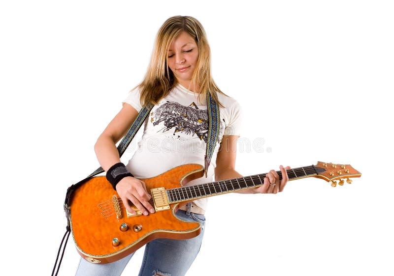 2演奏妇女年轻人的美丽的白肤金发的吉他 图库摄影