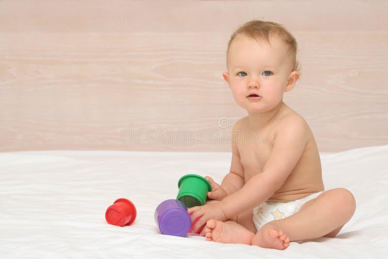 2演奏玩具的婴孩 免版税图库摄影