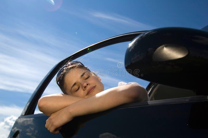 2辆汽车妇女 免版税库存图片