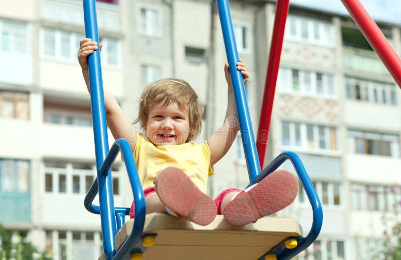 2 år barn på swing royaltyfria bilder
