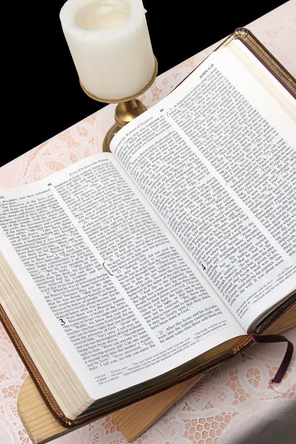 2 ιερός ανοικτός Βίβλων στοκ φωτογραφίες