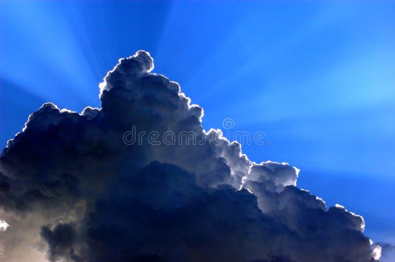 2 πίσω από τον ήλιο σύννεφων στοκ φωτογραφία