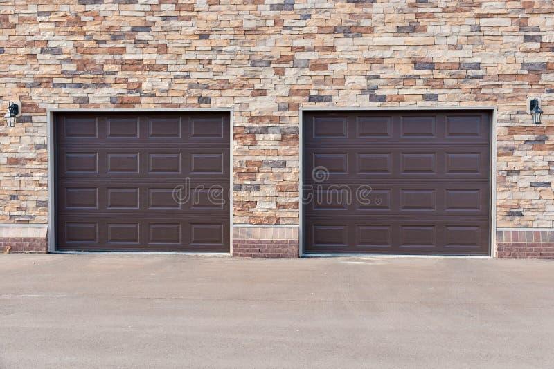 2 двери гаража на кирпичной стене. стоковые фотографии rf