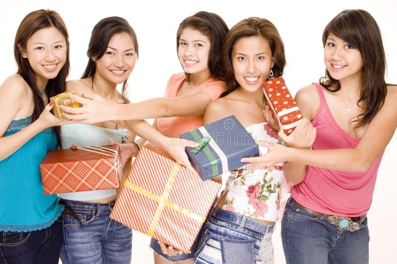 2 девушки подарков стоковая фотография rf