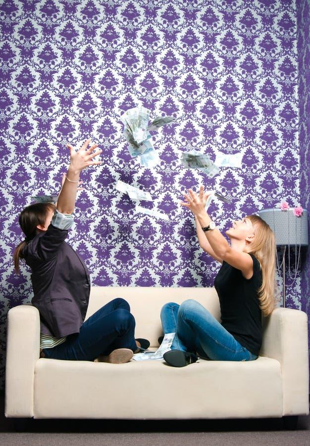 2 девушки разбрасывают русские рублевки стоковые изображения rf
