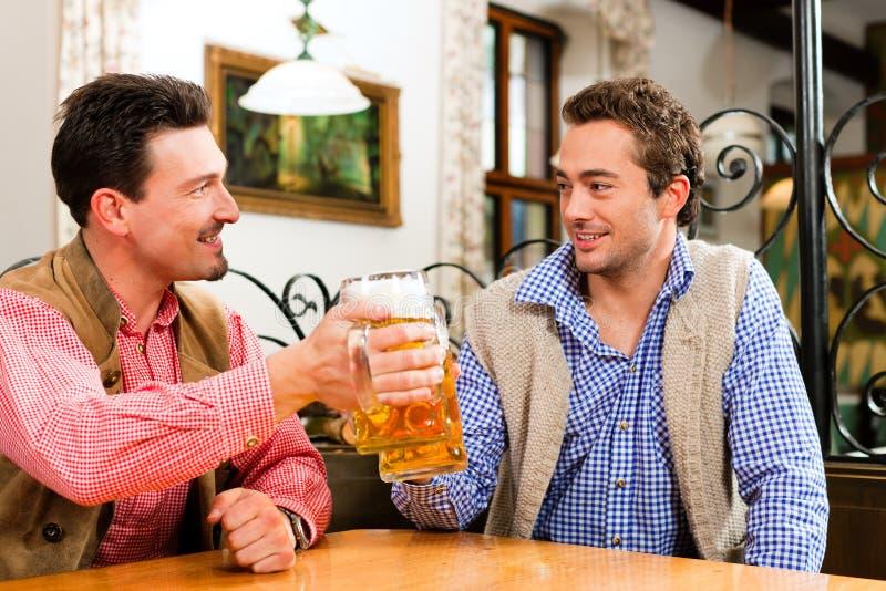 2 друз в баварском pub стоковое фото
